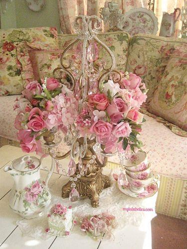Mesa com rosas, bule e xícaras