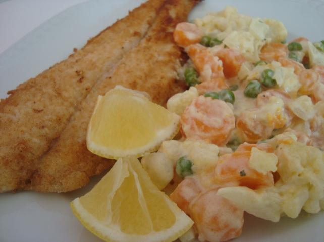 filé de peixe frito com verduras