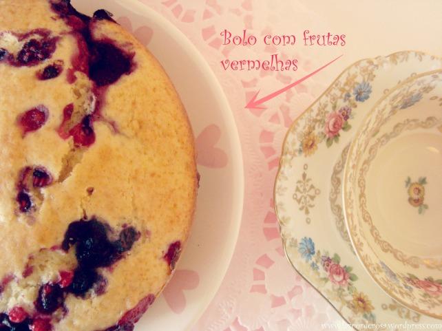 bolo com frutas vermelhas