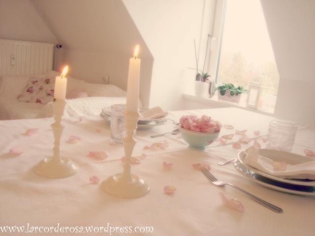 mesa decorada com petálas